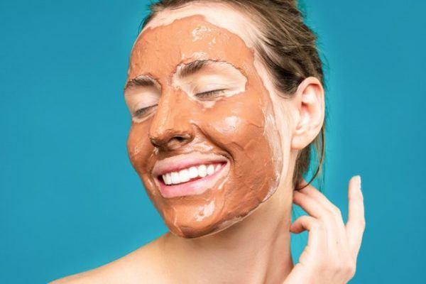 Mujer con mascarilla de barro