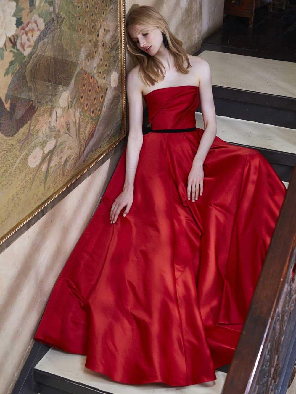 elegante vestido de raso rojo