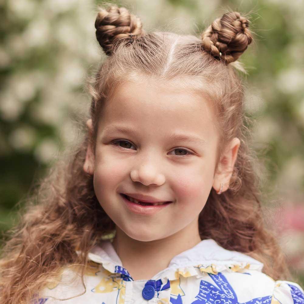 Peinado niña pelo rizado