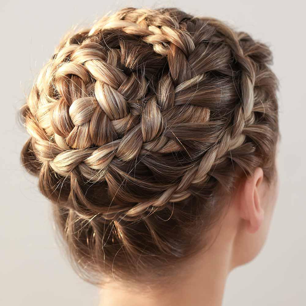 Peinados de pelo largo con trenza de rueda