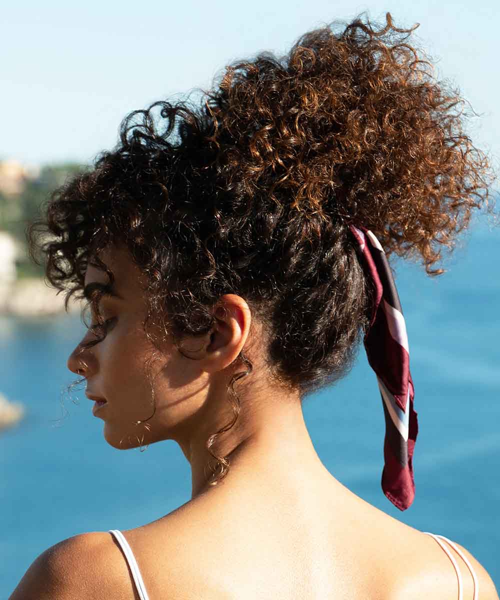 Peinado sencillo de pelo rizado verano 2021
