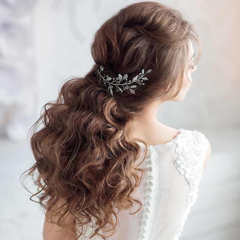 Peinados de boda con media melena rizada