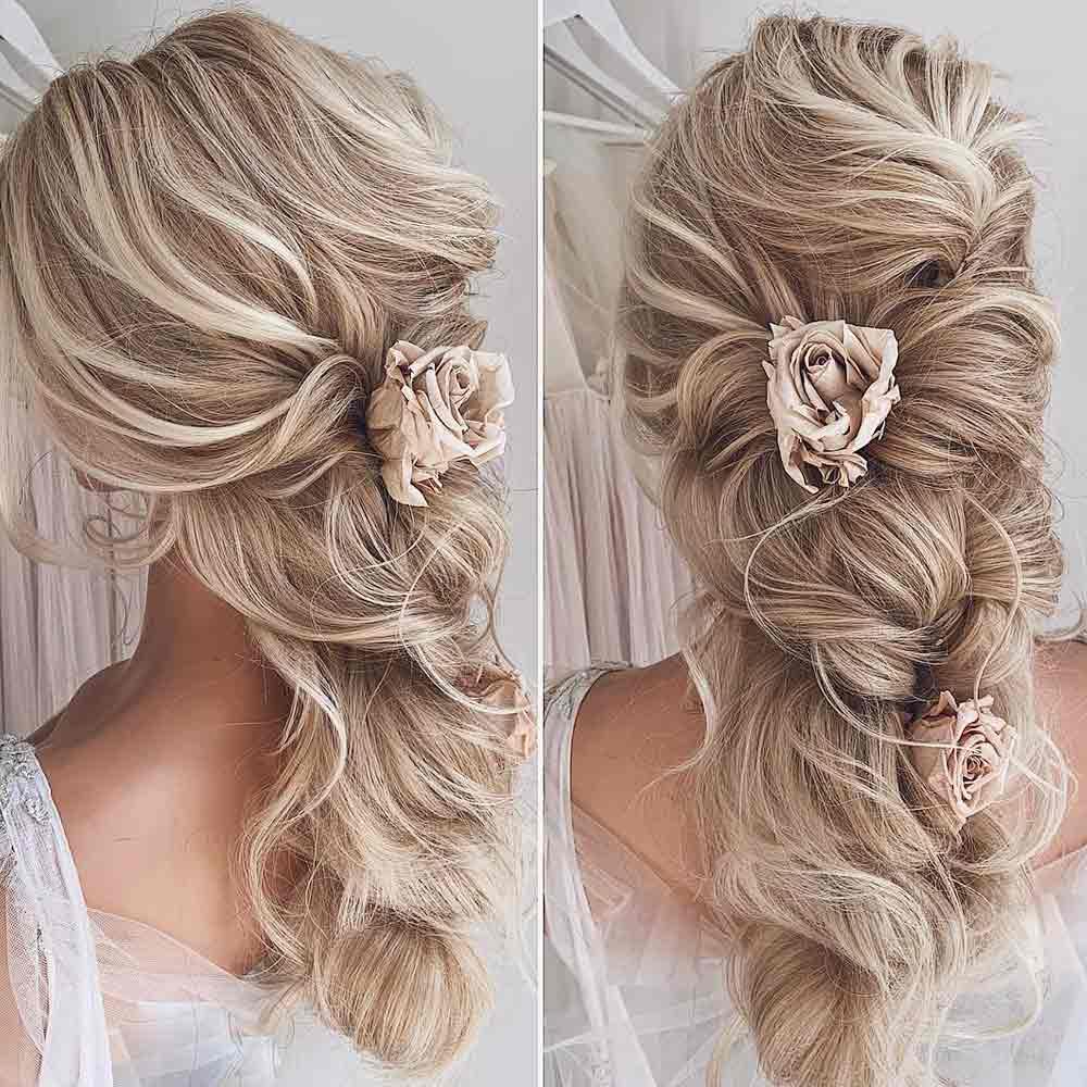 Flores recogidas en el pelo de la novia