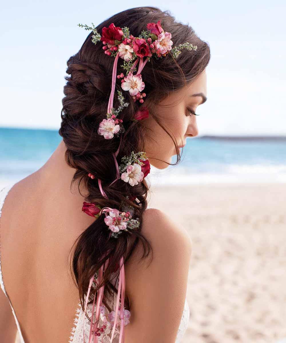 Trenza lateral de novia con flores