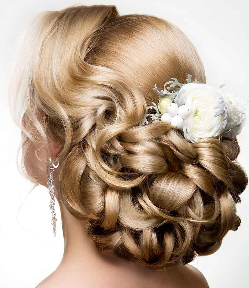 Peinado recogido de peonías de novia