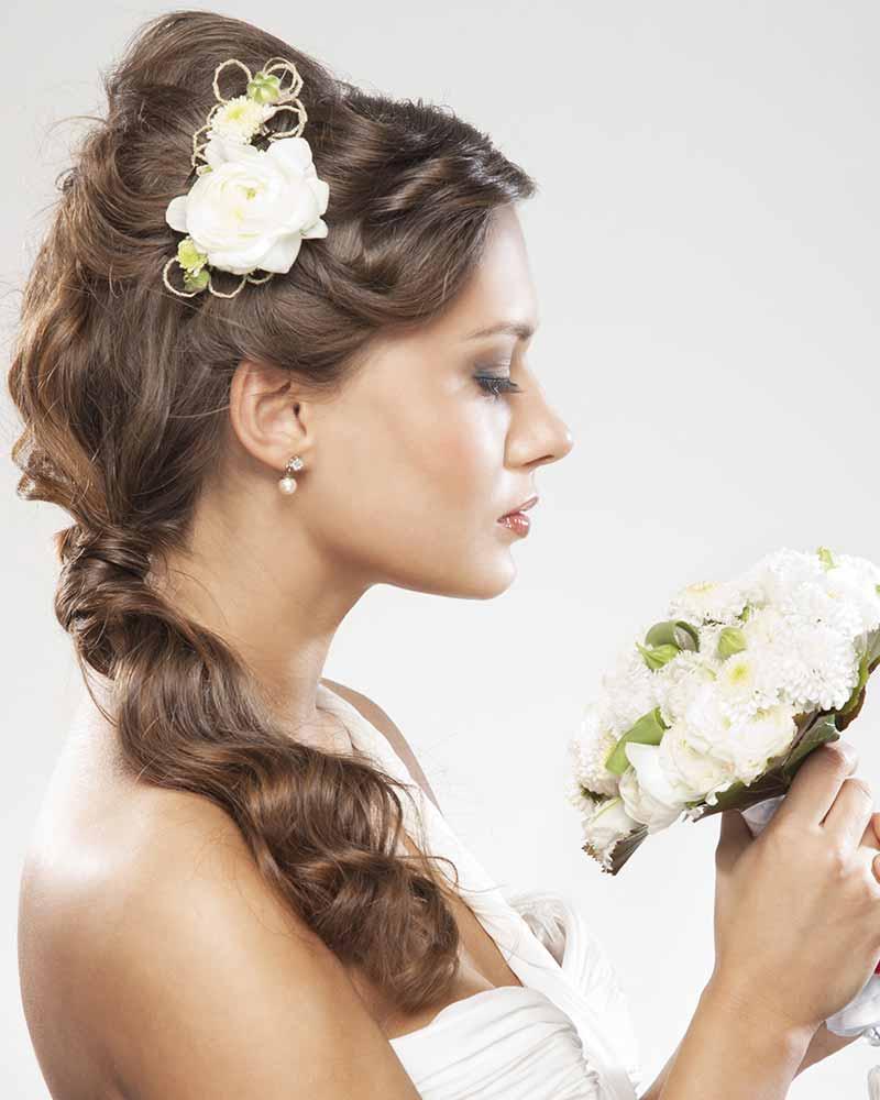 Peinado cola novia ramo de flores