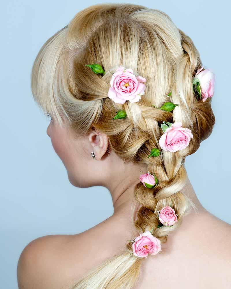 Cabello de novia semi-trenzado con flores