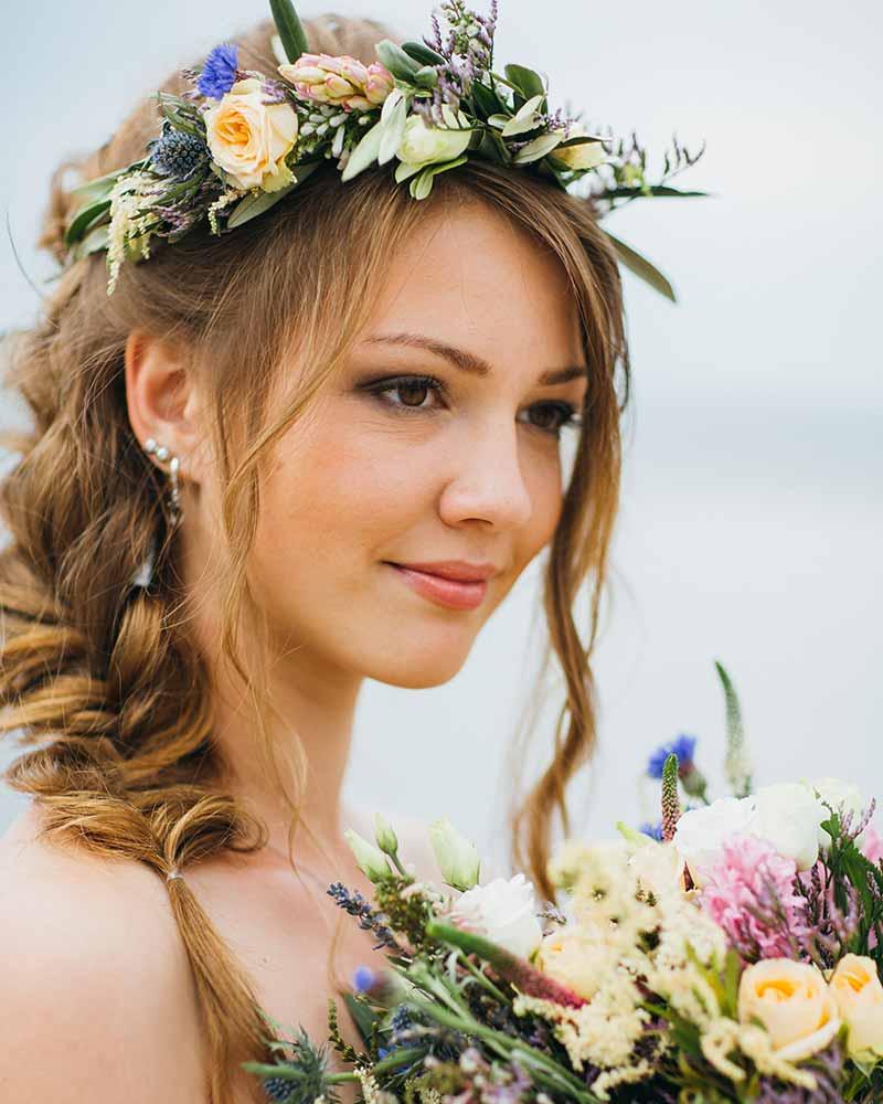 Peinados de trenzas de novia ramo de flores