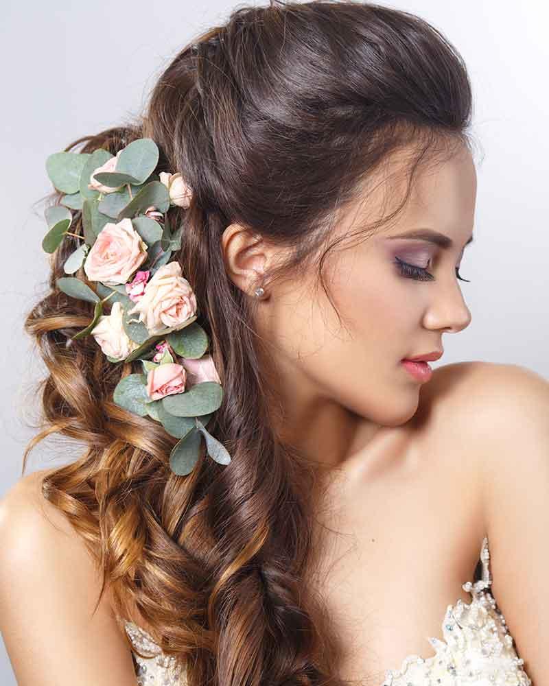 Flores de semicolocación para el cabello de la novia