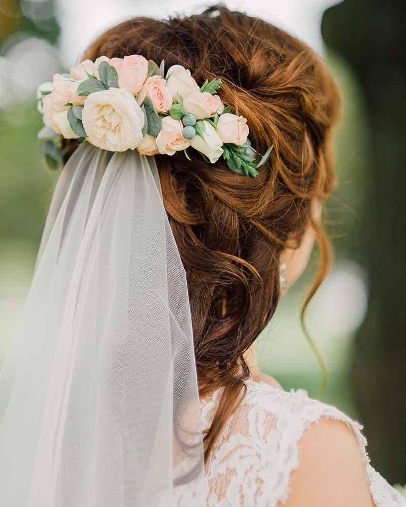 Recién casados con velo de flores semicolor