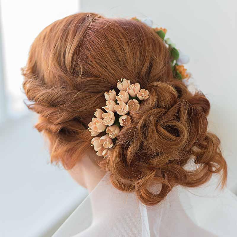 Recién casados con velo de flores