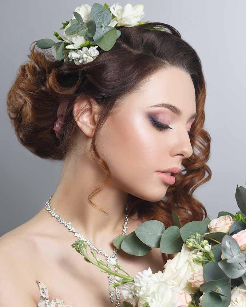 Peinados recogidos novia flores ramo
