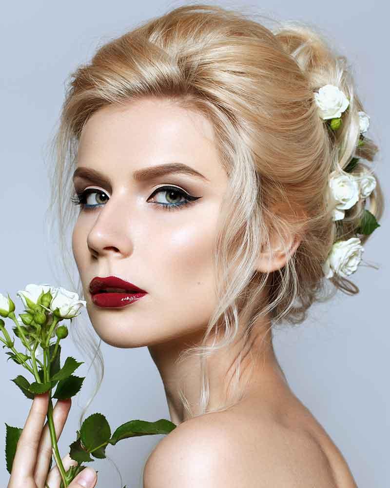 Peinados de rosa para novias blancas