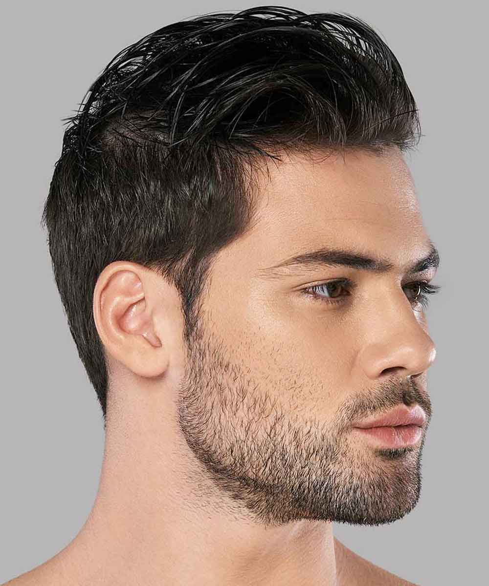Hombre de pelo corto y ondulado