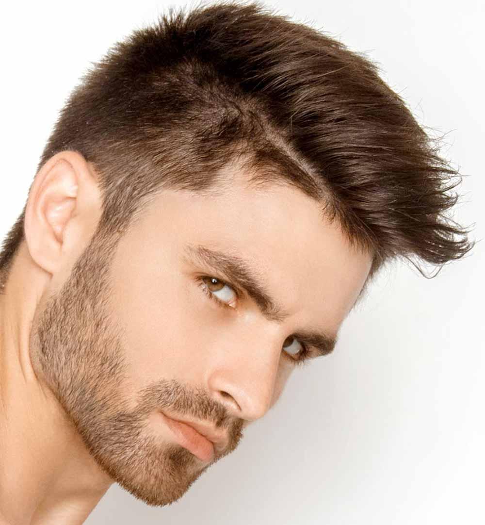 Hombre con el pelo corto cortes lisos
