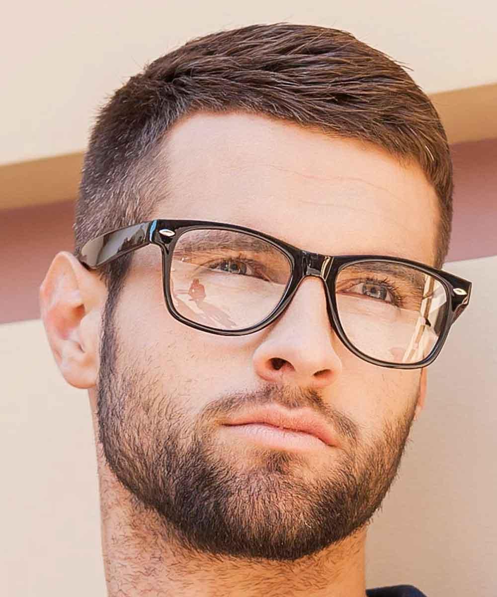 Hombre de pelo corto afeitado