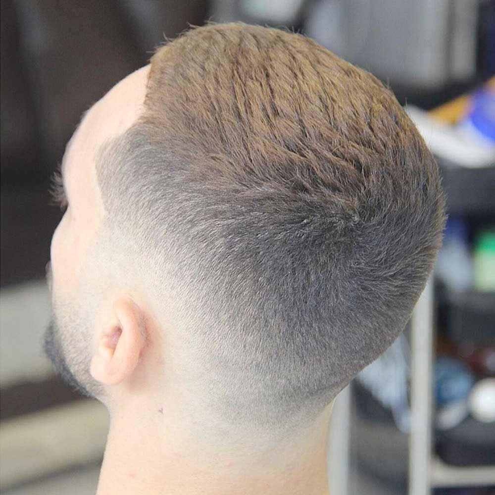 Hombre de pelo muy corto