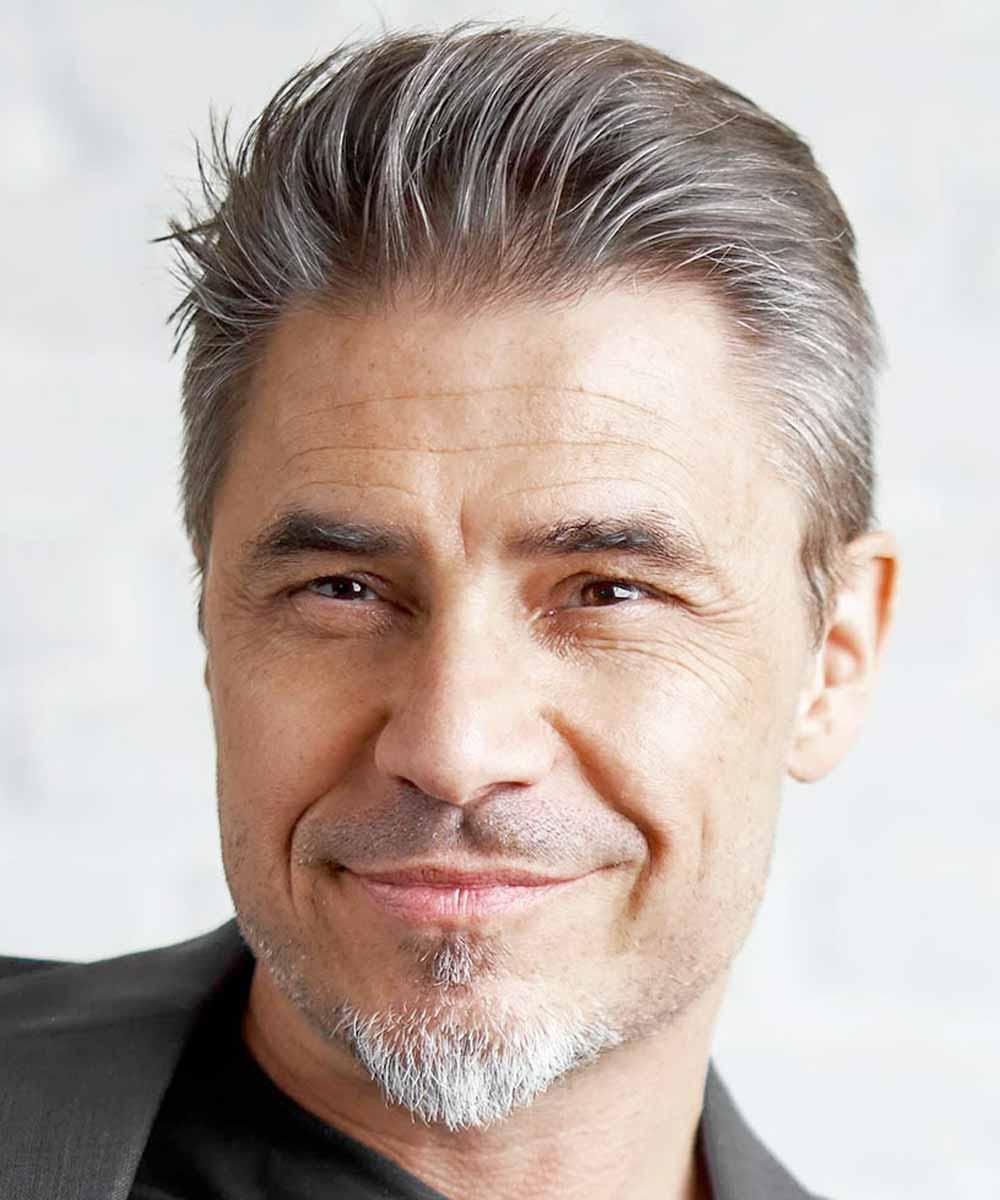 Hombre de 50 años con pelo corto