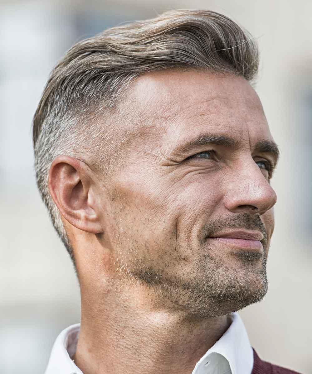 Hombre maduro de pelo corto y borroso