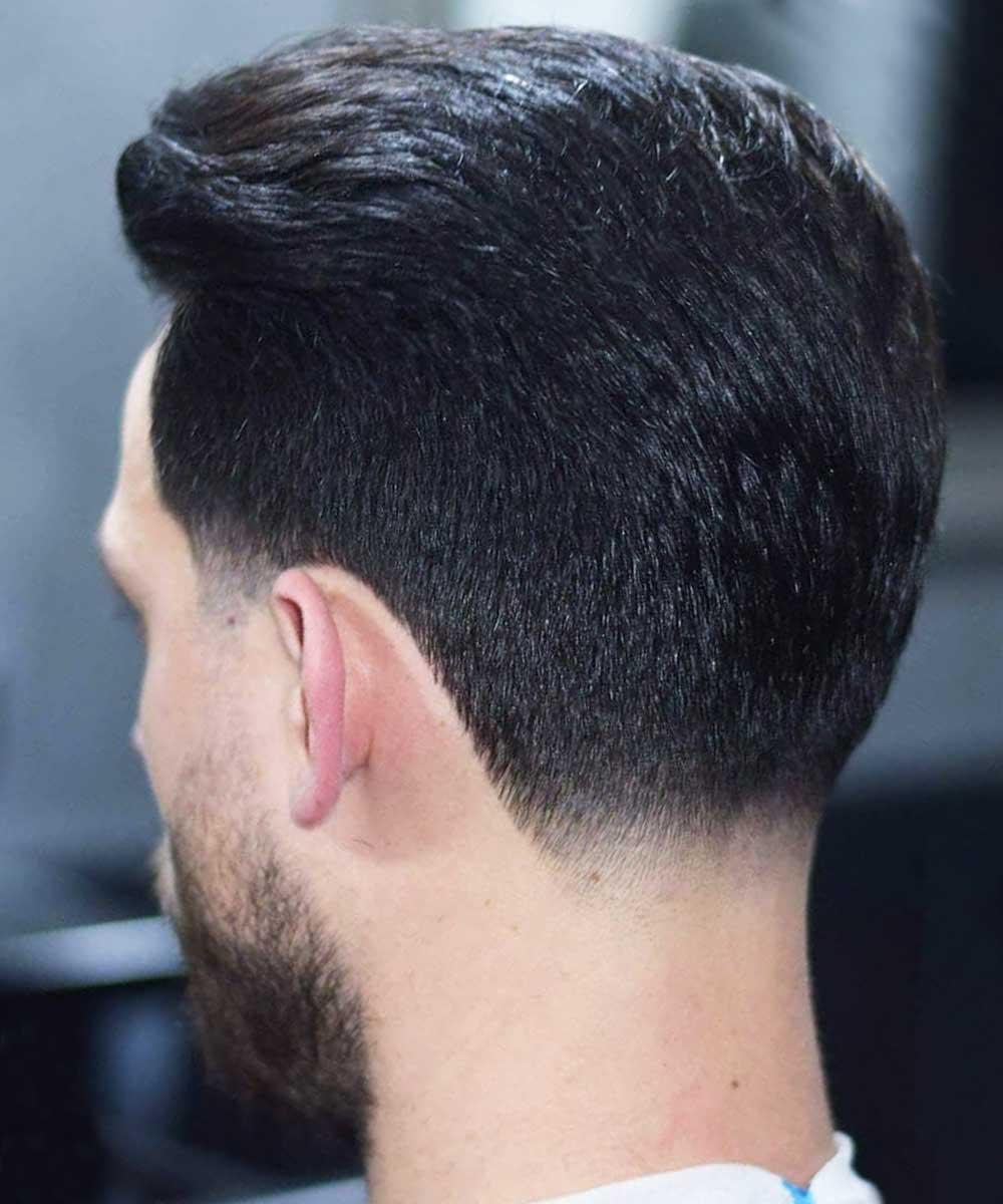 El pelo corto corta la espalda del hombre