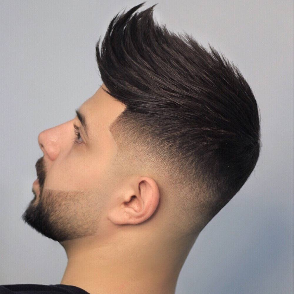 Hombre de pelo corto quiff