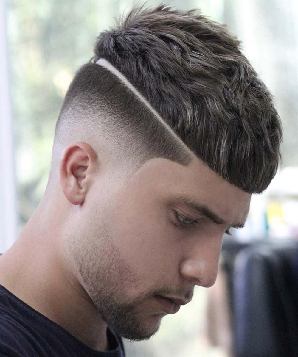 Hombre de pelo corto hacia adelante