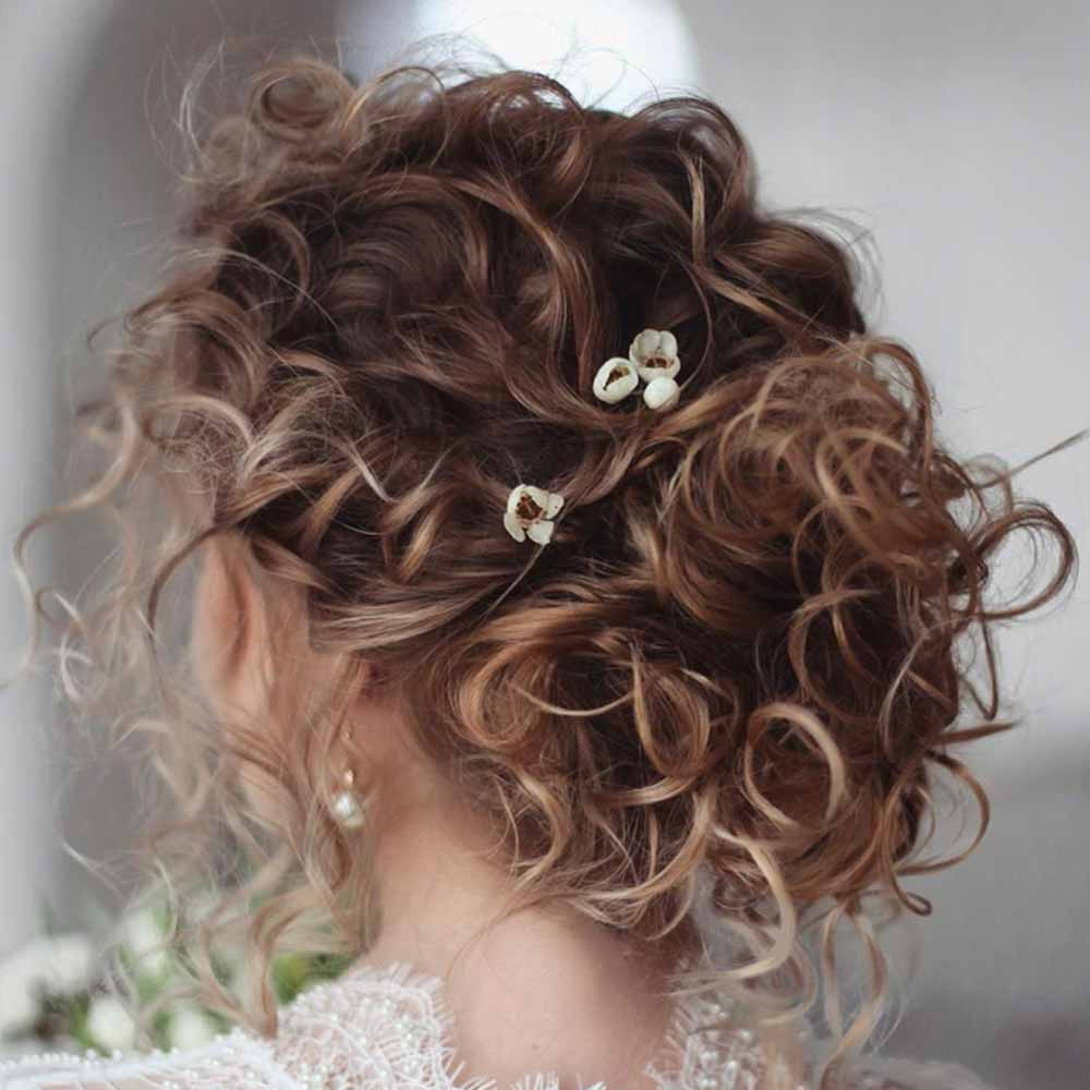 Moño de pelo rizado