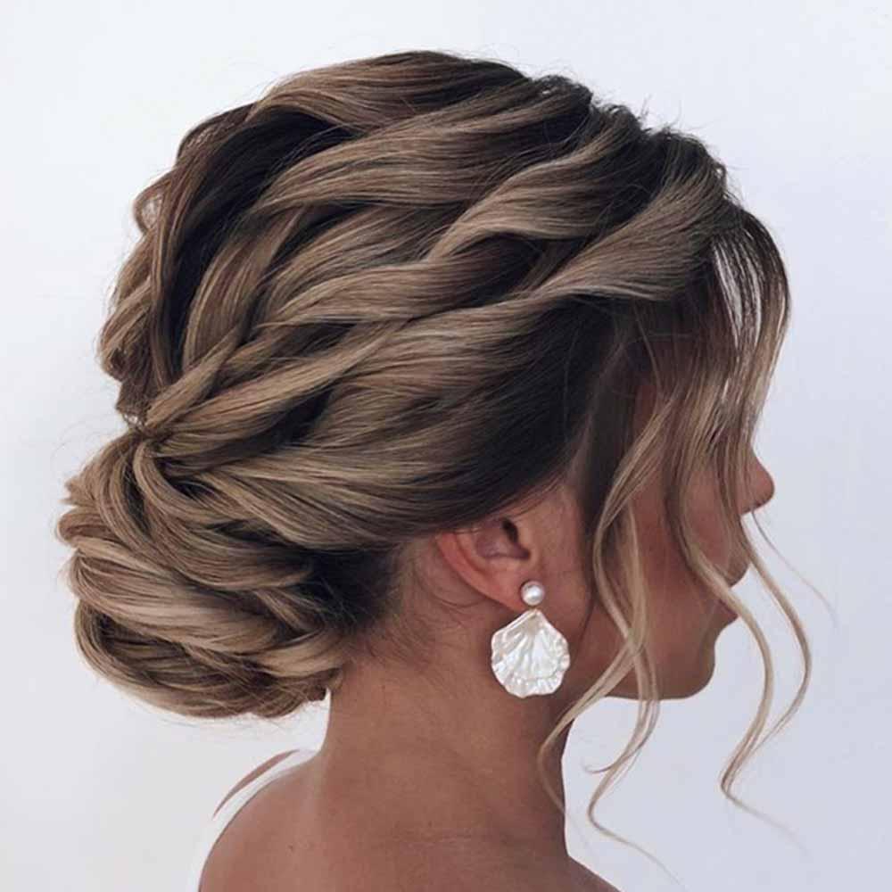 Peinado de moño para cabello rizado