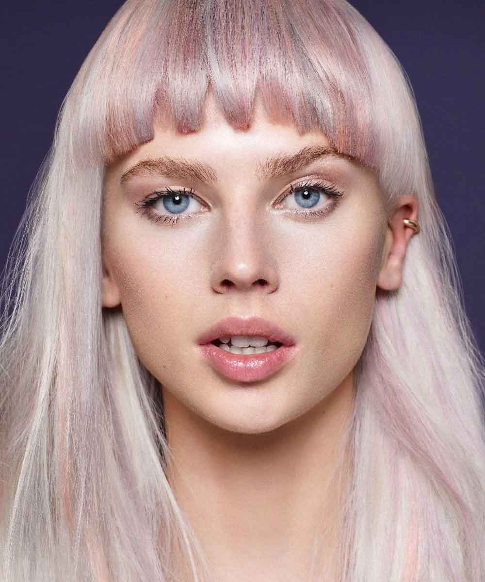 Cabello rubio platino con reflejos rosados
