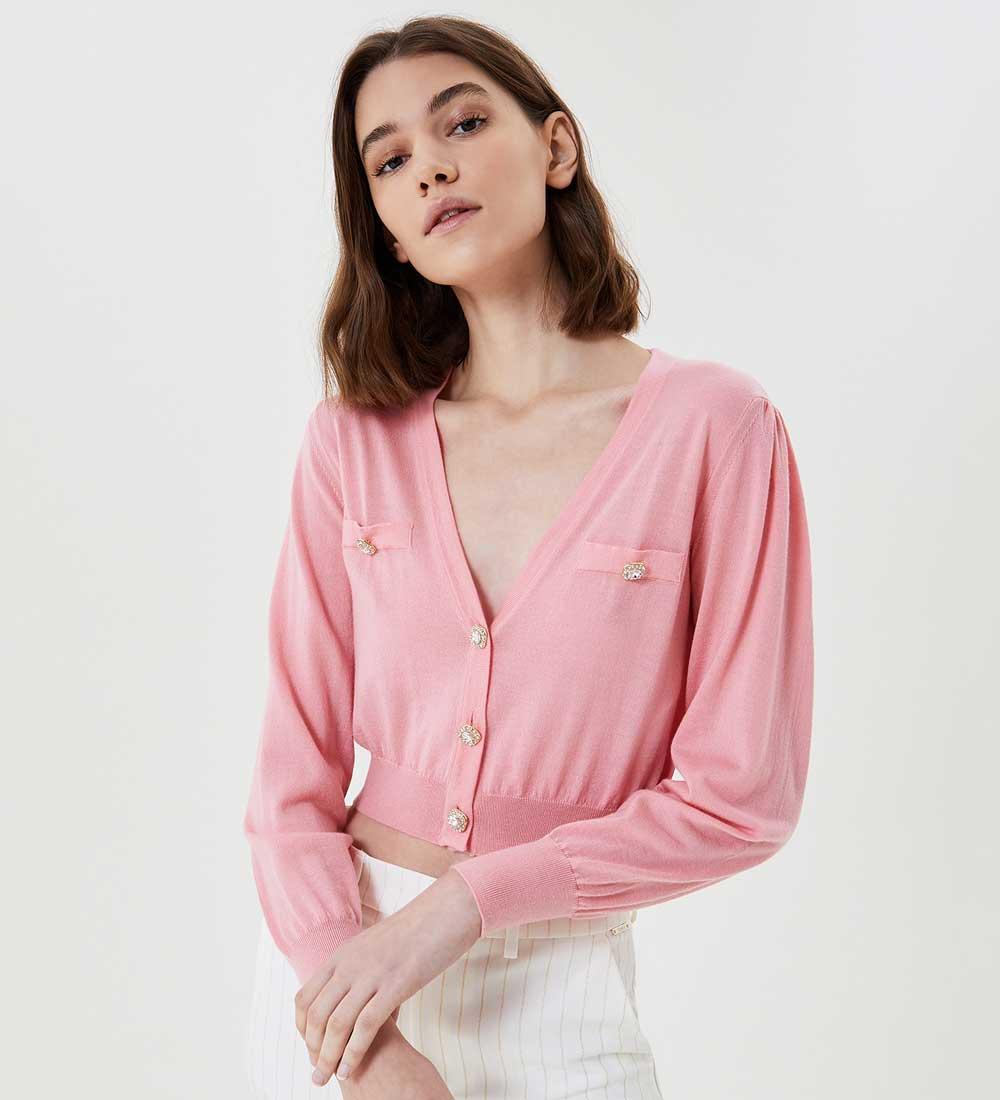 prenda de vestir de color rosa