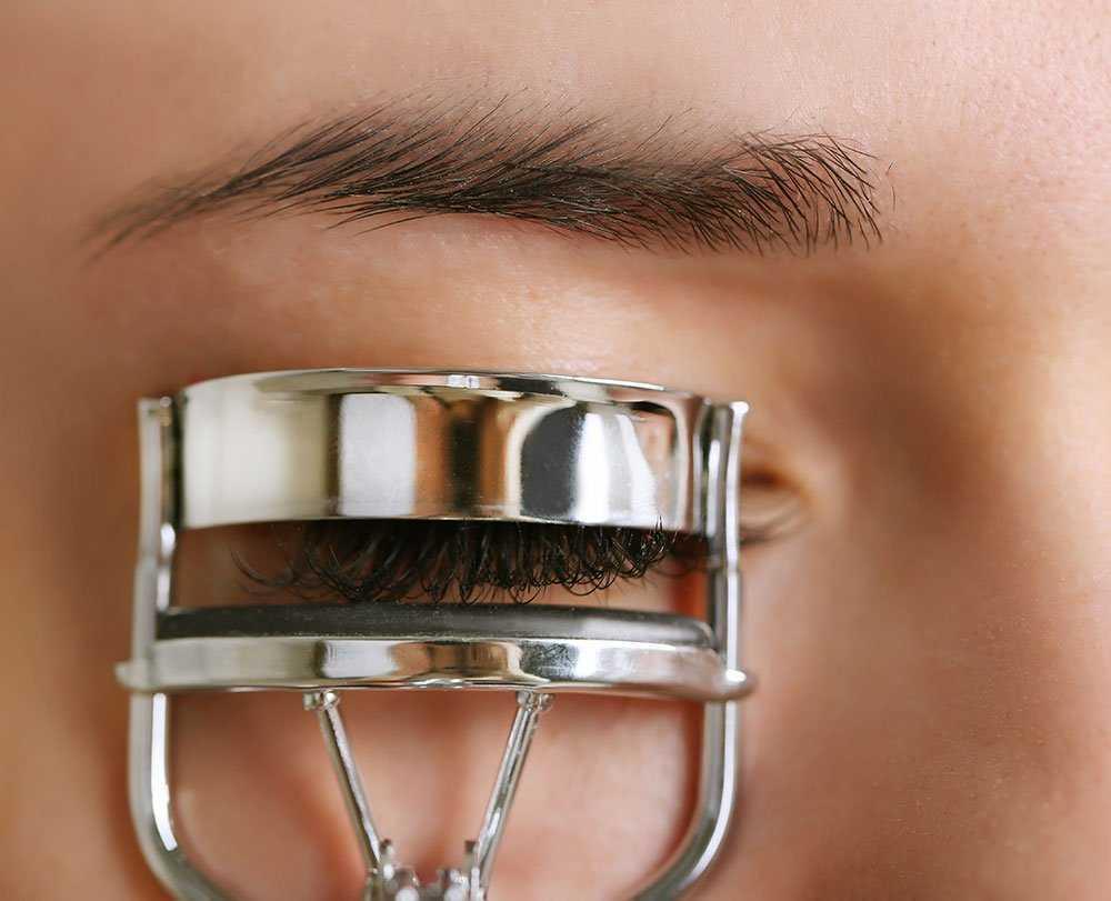 Cómo aplicar la máscara de pestañas, el rizador de pestañas