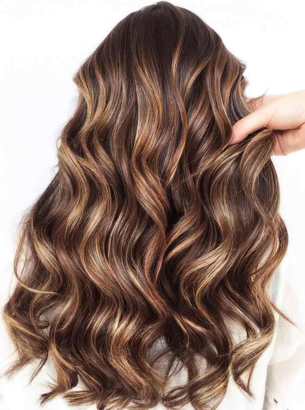Los cabellos largos y ondulados cortan incluso el 2021