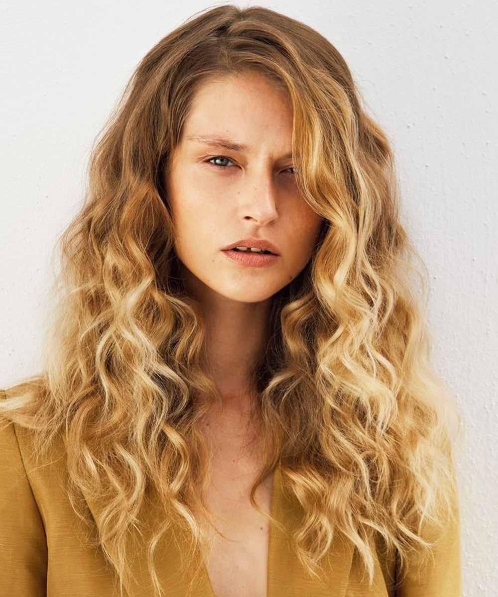 Pelo largo y ondulado, con una cabellera de 2021.
