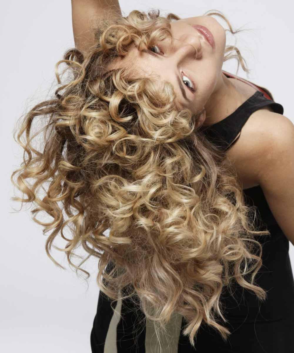 Corte de pelo ondulado medio con un estilo de corte bajo