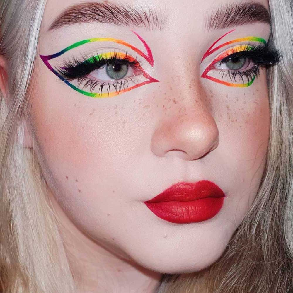 Maquillaje arco iris con eyeliner