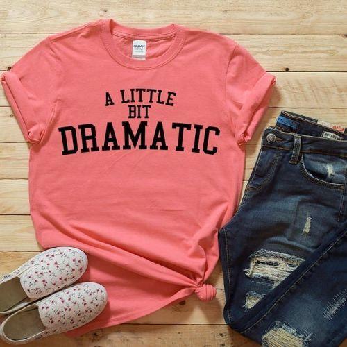 Camiseta rosa con tejanos