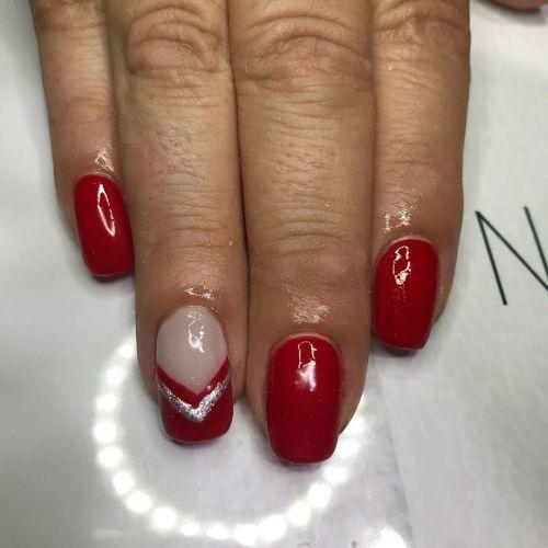 Uñas rojas con transparencia y detalle en plata