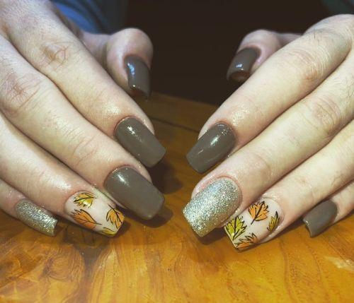 Uñas marrones con hojas de otoño
