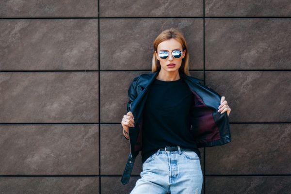 10 outfits para combinar una camiseta negra con estilo 2