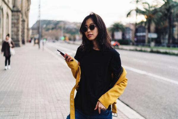 10 outfits para combinar una camiseta negra con estilo 4