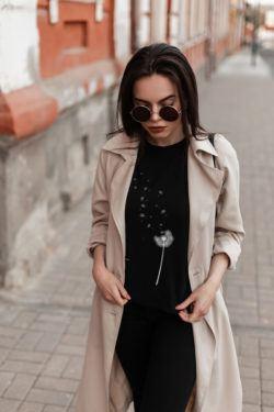 10 outfits para combinar una camiseta negra con estilo
