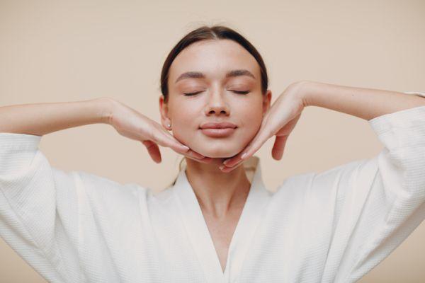Mujer cómoda con la piel de su rostro