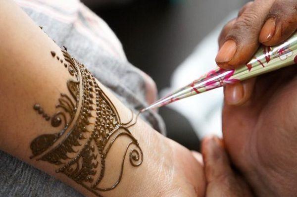 como-poner-tatuajes-temporales3