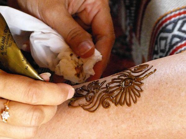 como-poner-tatuajes-temporales5