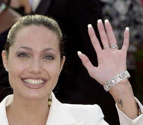 386900 227: Actress Angelina Jolie arrives for the 73rd Annual Academy Awards March 25, 2001 at the Shrine Auditorium in Los Angeles. Jolie is wearing a Dolce and Gabbana suit with hair by Paul DeArmas. (Photo by David McNew/Getty Images)
