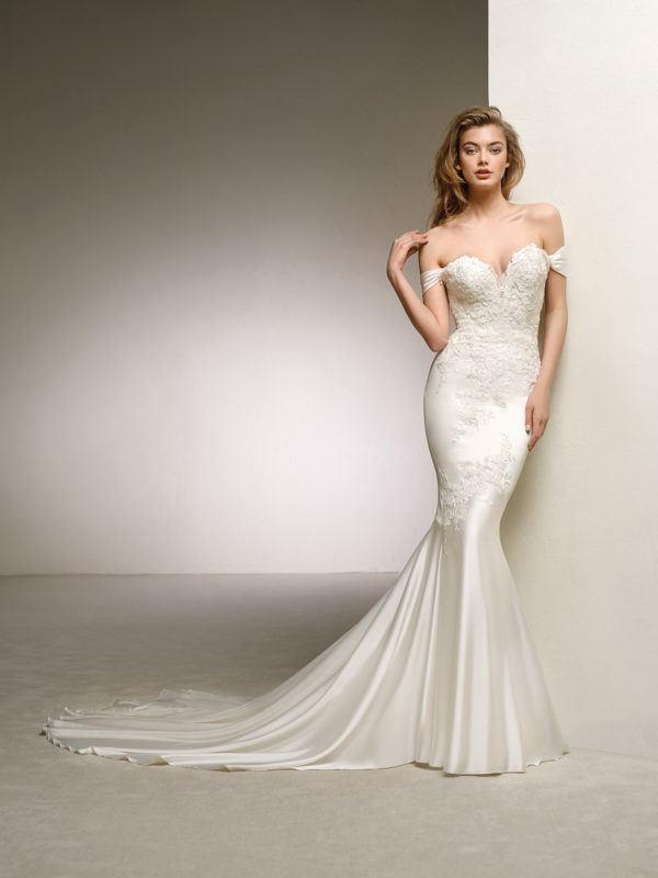 Vestidos-de-novias-pronovias-primavera-verano-2018-modelo-dante-gitana-pelo-suelto-labios-rojos