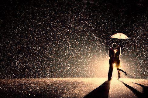 cosas-para-hacer-en-pareja-beso-lluvia