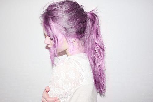 Color morado en las puntas del pelo