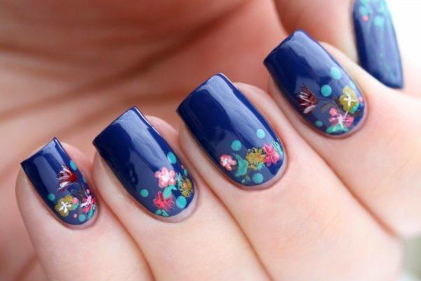 si te gusta un estilo ms romntico o infantil puedes optar por uas acrlicas azules con flores como en la fotografa de arriba que es perfecto para