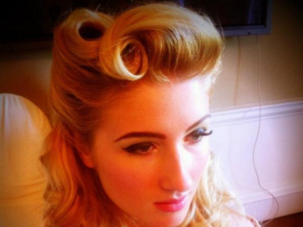 peinados-pin-up-flequillo-rubia